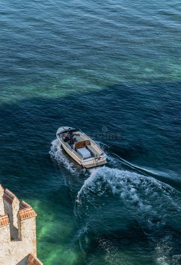 在水的小船在Garda湖 免版税库存照片