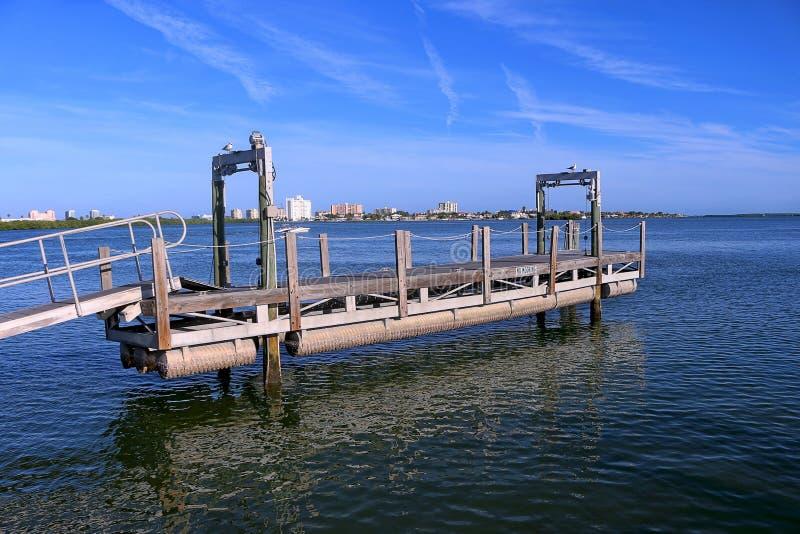在水的搭乘结构在Clearwater港口小游艇船坞 免版税库存图片
