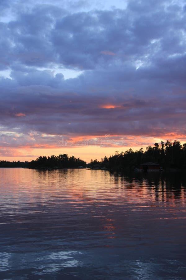 在水的日落,伍兹湖, Kenora,安大略 免版税图库摄影