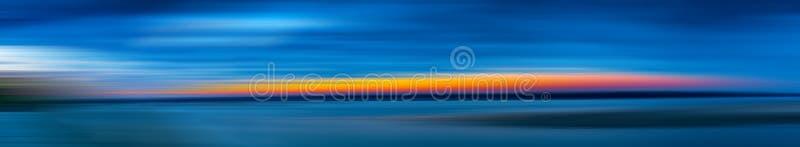 在水的日落,行动迷离 库存照片