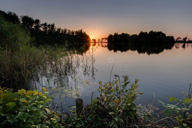 在水的日落 库存照片