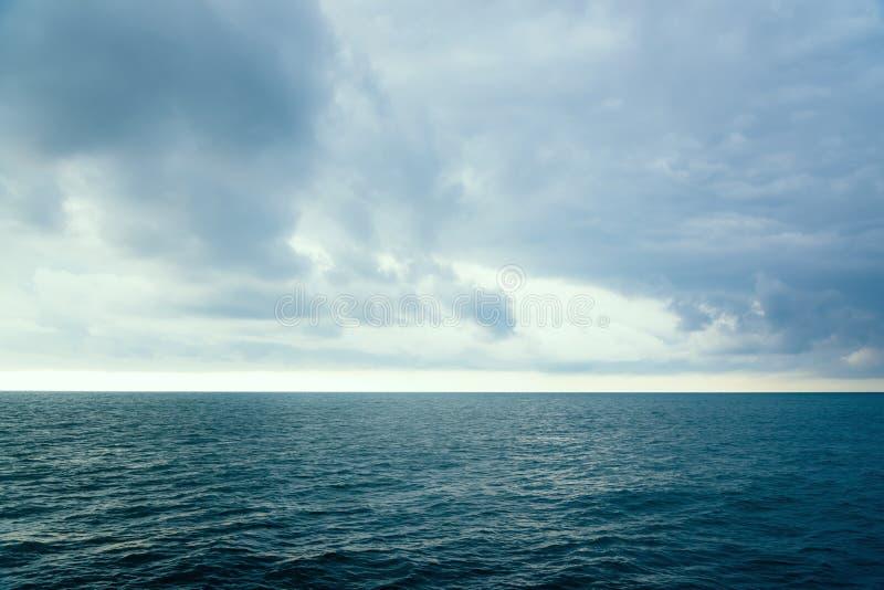 在水的海表面的多云平衡的天空 库存照片