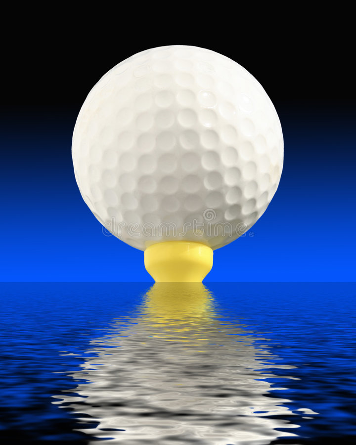 在水的球高尔夫球 免版税库存照片
