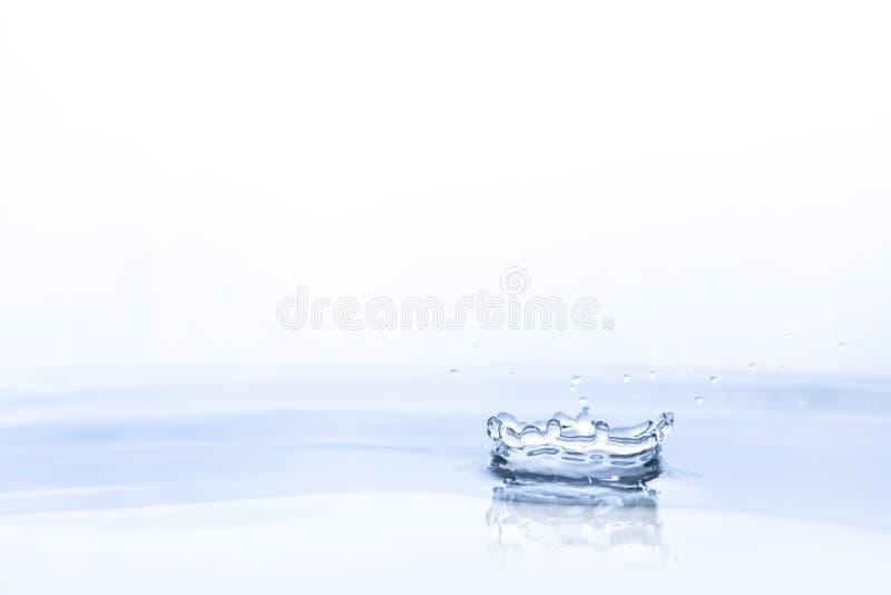 在水背景的水下落 免版税图库摄影