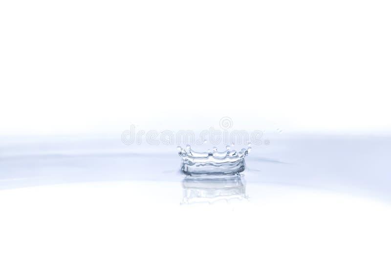 在水背景的水下落 库存照片