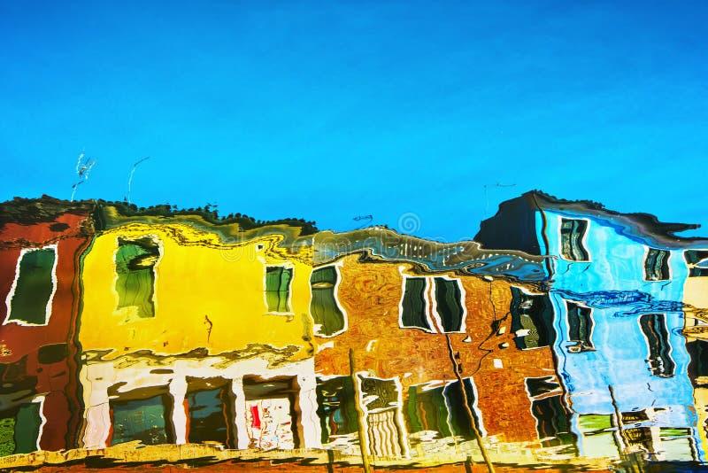 在水运河表面的Burano五颜六色的房子反射 威尼斯意大利 库存照片