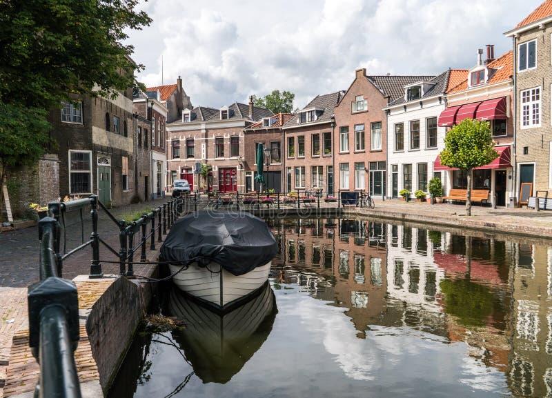 在水道的传统木帆船 斯希丹,荷兰老历史的港口  免版税库存图片
