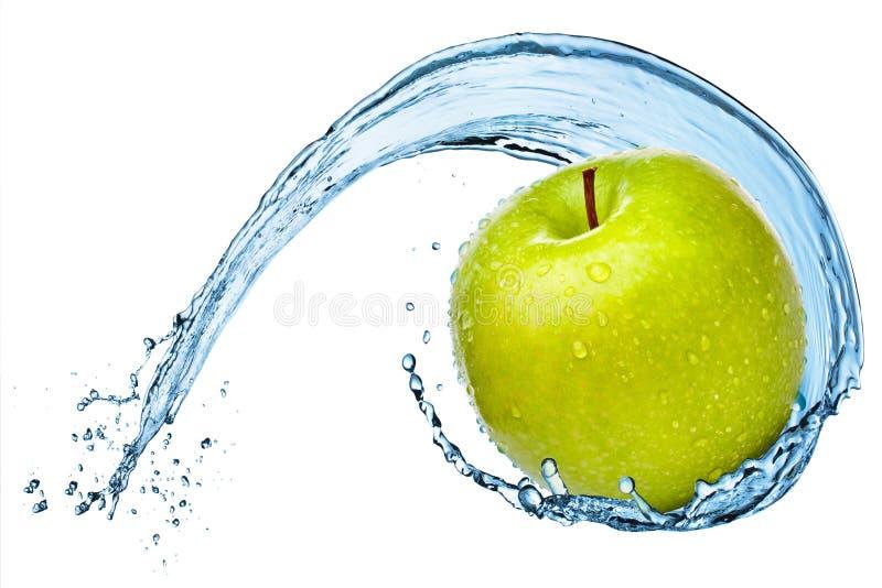 在水飞溅的绿色苹果 免版税库存照片