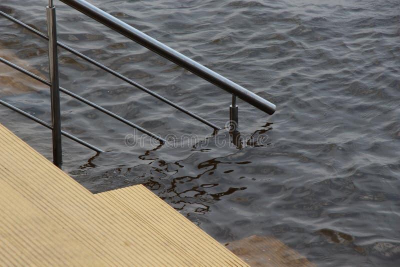 在水/河岸的台阶堤防/ 库存照片