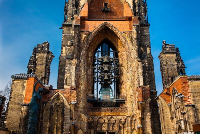在汉堡期间轰炸二战的,几乎完全地被毁坏圣尼古拉斯教会的遗骸 免版税图库摄影