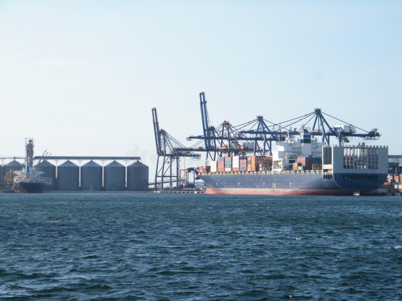 在汉堡港的货船在德国 免版税库存照片