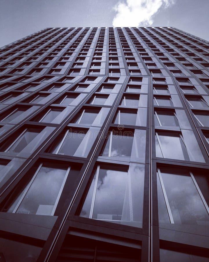在汉堡,德国中间的一个锋利的现代大厦 免版税库存照片