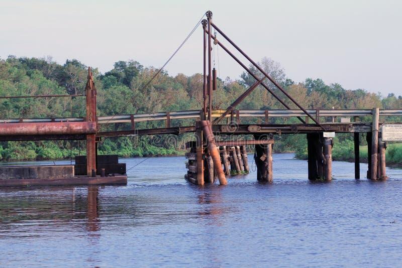 在汉德尔逊路易斯安那的舟桥,导致在堤坝的小山Larose 库存照片