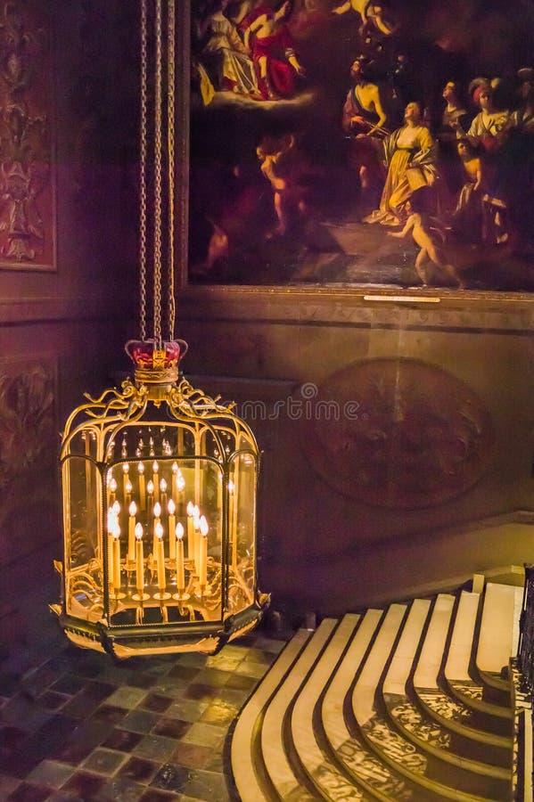 在汉普敦宫里面的精心制作的被镀金的枝形吊灯 库存照片