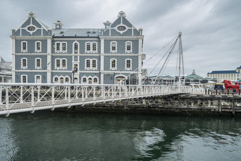 在江边港口的可移动的桥梁 库存照片