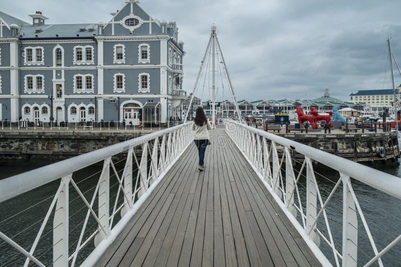 在江边港口的可移动的桥梁 图库摄影