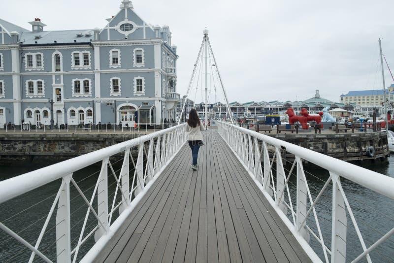 在江边港口的可移动的桥梁 免版税库存图片