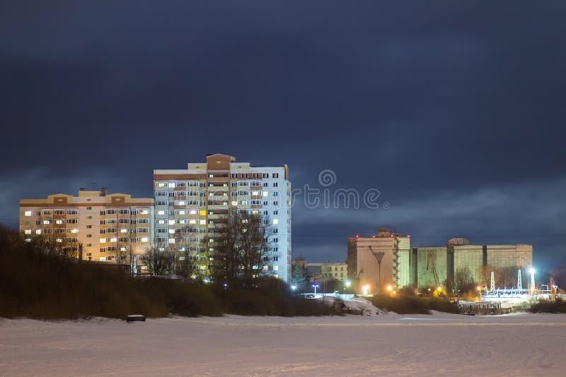 在江边的多层的大厦在晚上 图库摄影
