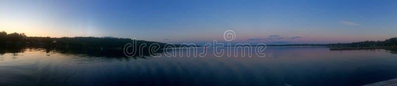 在江边的日落 库存照片