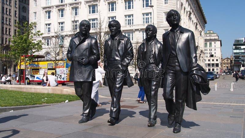 在江边,利物浦的Beatles雕象 库存图片