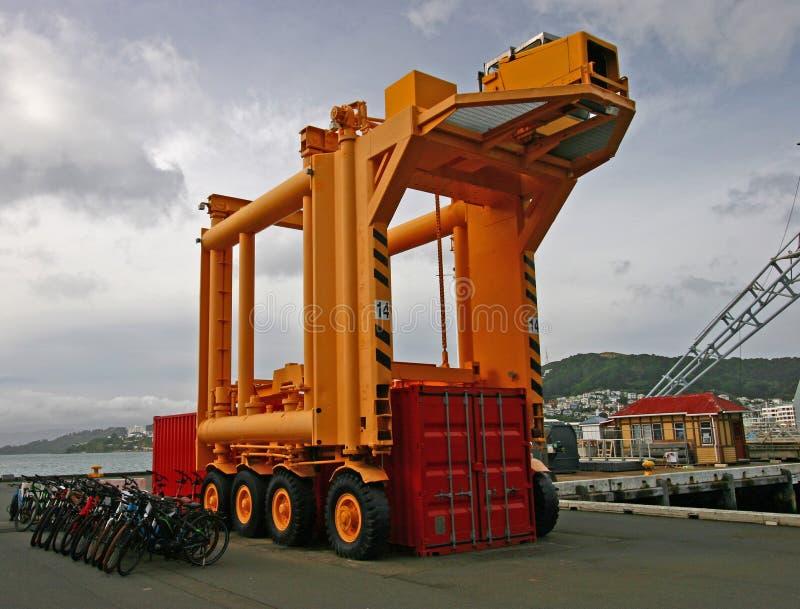 在江边,惠灵顿,新西兰的容器运载的车 免版税库存照片