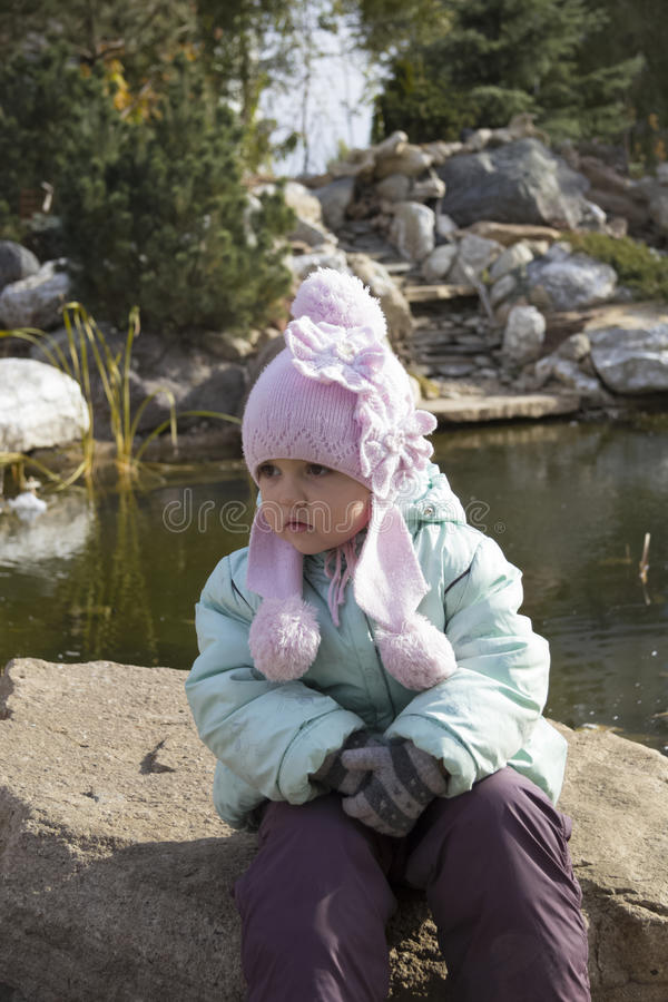 在池塘开会附近的女孩 免版税图库摄影