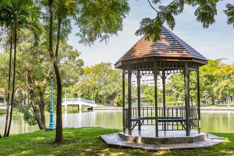 在池塘旁边的眺望台 库存照片