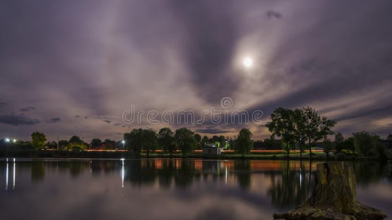 在池塘的夜 免版税库存图片