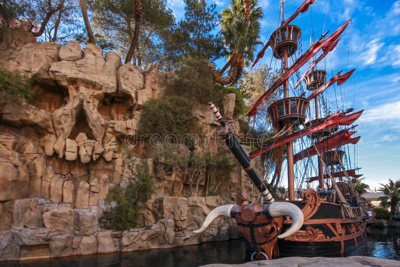 在池塘的海盗船在珍宝海岛旅馆附近 库存图片