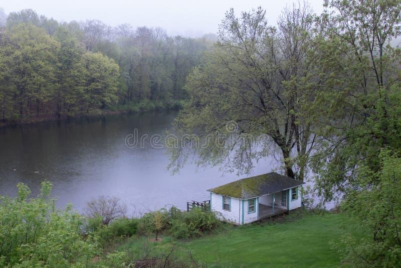 在池塘的阿南德聚会所有薄雾的天 库存照片