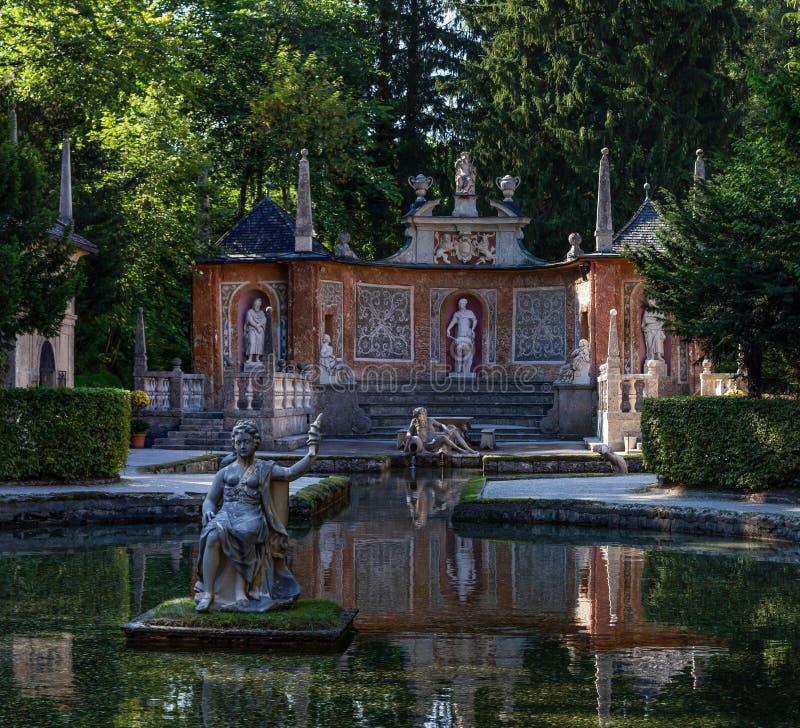 在池塘的雕塑在海尔布伦宫公园里在萨尔茨堡 免版税库存图片