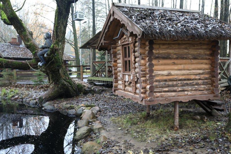 在池塘附近的原木小屋 图库摄影