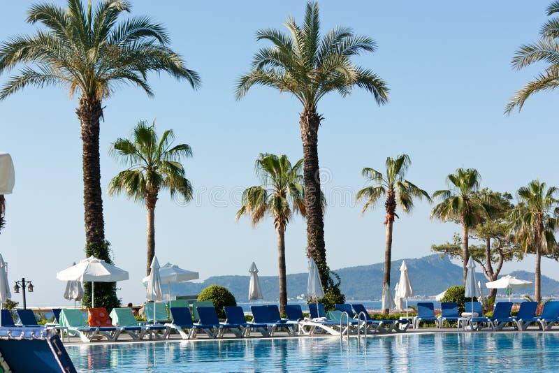 在池游泳视图附近的美丽的旅馆 图库摄影