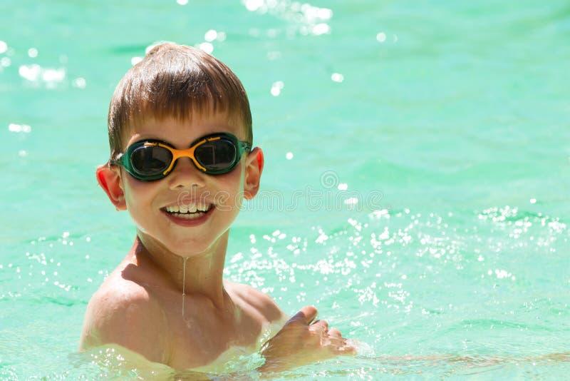 在池的儿童游泳 免版税库存照片