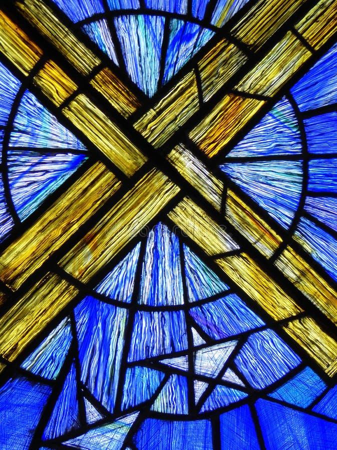 在污迹玻璃窗的十字架 免版税库存图片