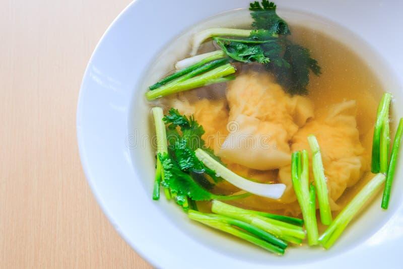 在汤的大虾馄饨 库存图片