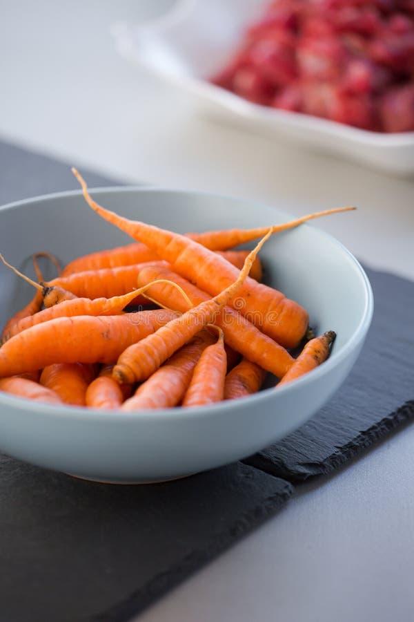 在汤盘的小嫩胡萝卜 库存照片