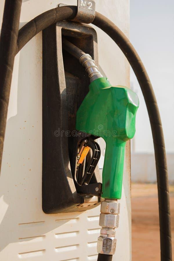 在汽油加油站的燃料油汽油分配器 拿着燃料喷嘴加油汽车的汽油 库存图片