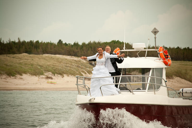 在汽艇的婚礼场面 库存照片