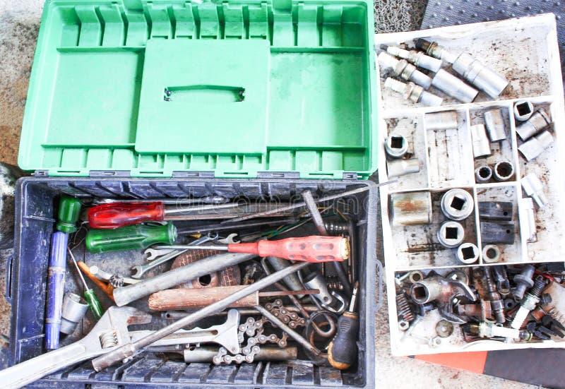 在汽车修理师箱子顶视图的老手工具 免版税库存照片
