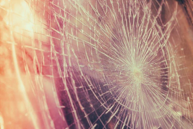 在汽车前面的玻璃打破的镇压裂片 (被过滤的图象 免版税库存照片