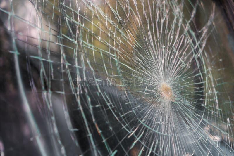 在汽车前面的玻璃打破的镇压裂片 (被过滤的图象 库存照片