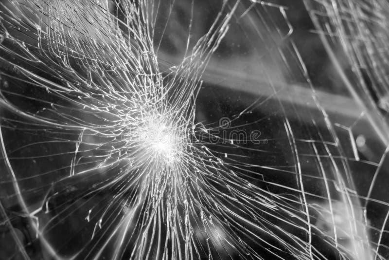 在汽车前面的玻璃打破的镇压裂片 免版税库存照片
