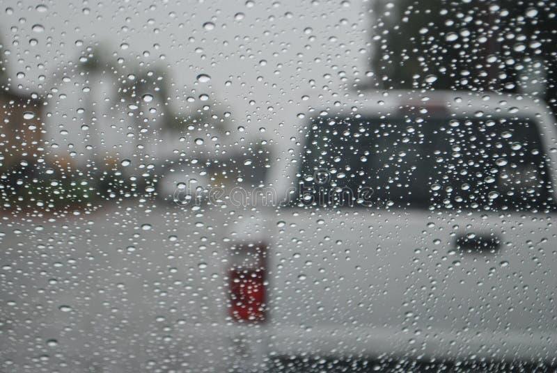 在汽车挡风玻璃的雨小滴 库存照片