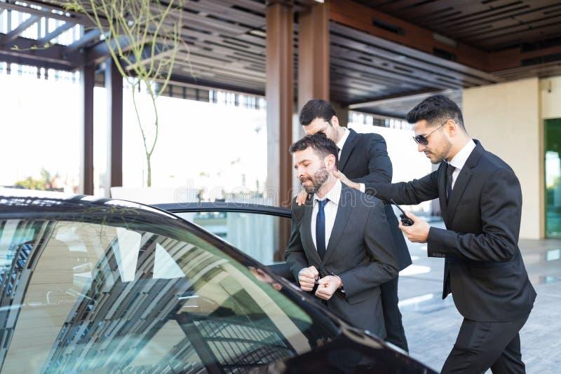 在汽车推的扣上手铐的犯罪由侦探 库存图片