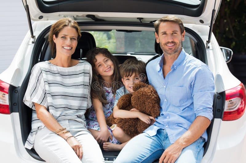 在汽车旅行的家庭 库存图片