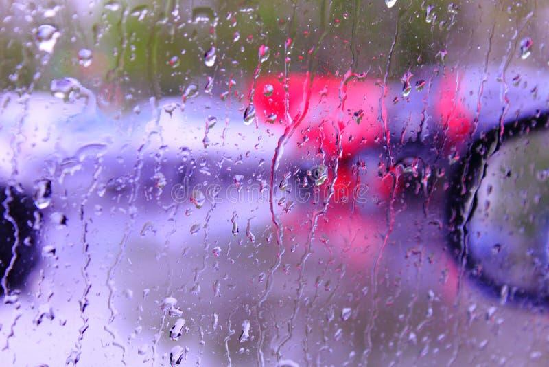 在汽车玻璃强光的雨珠 免版税库存图片