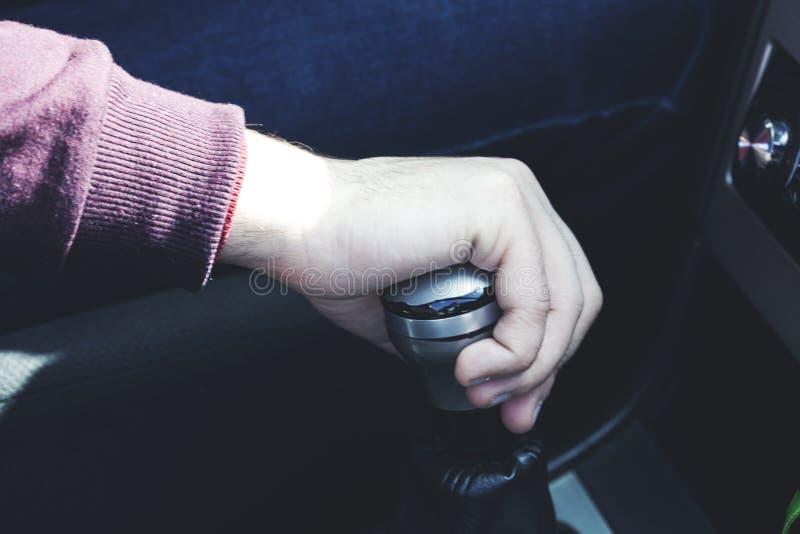 在汽车的人手手动传动 免版税库存图片