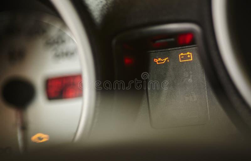 在汽车的仪表板的警告灯 免版税库存照片
