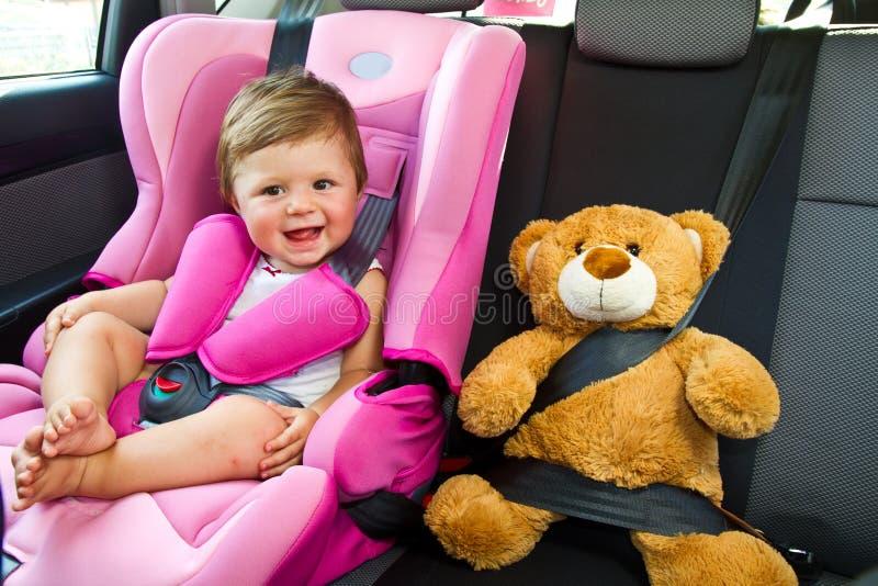 在汽车的女婴微笑 库存图片